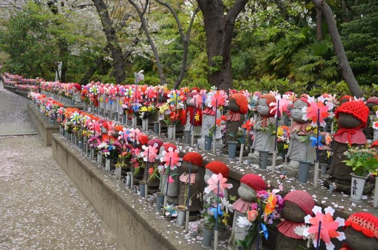 Cimitero adiacente al Tempio Zojo-ji