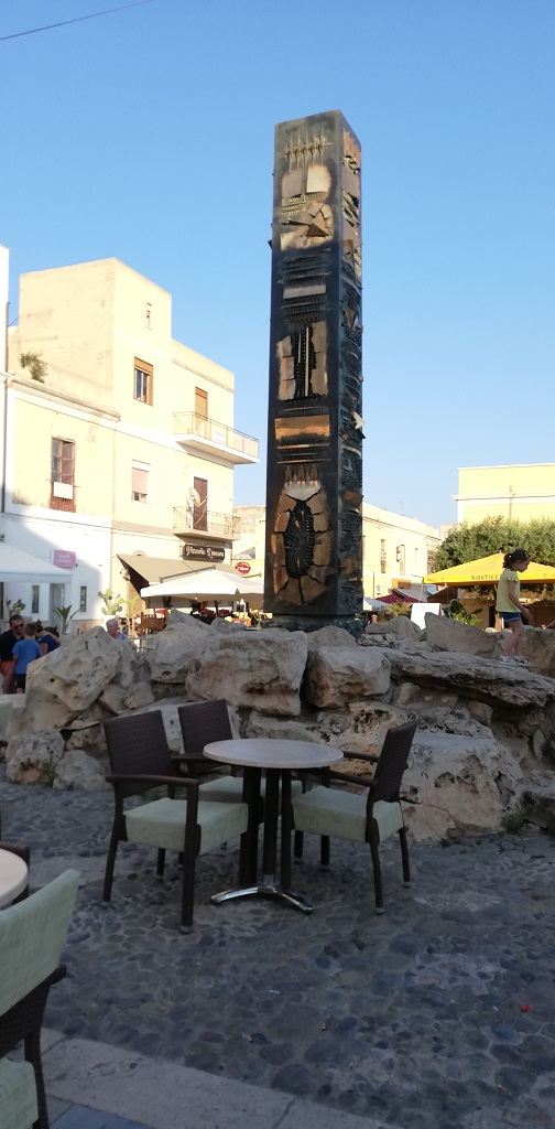 Obelisco di Arnaldo Pomodoro in Via Roma a Lampedusa